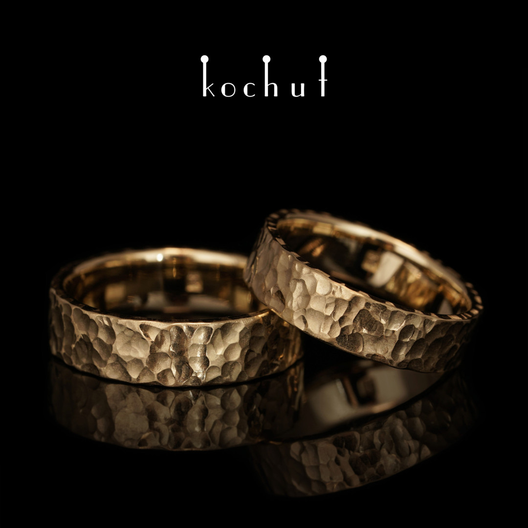 Wedding rings with forging Extra. Yellow gold
