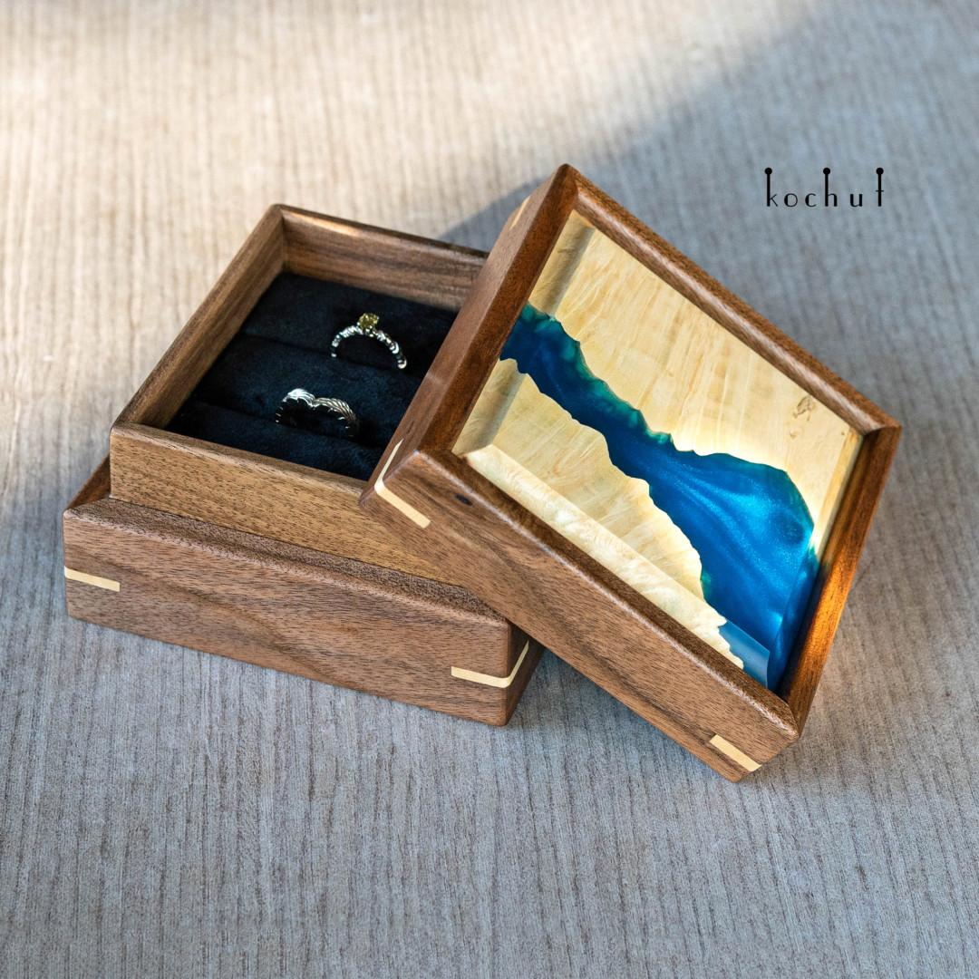 Jewellery box «Relictium». Walnut, maple, epoxy resin